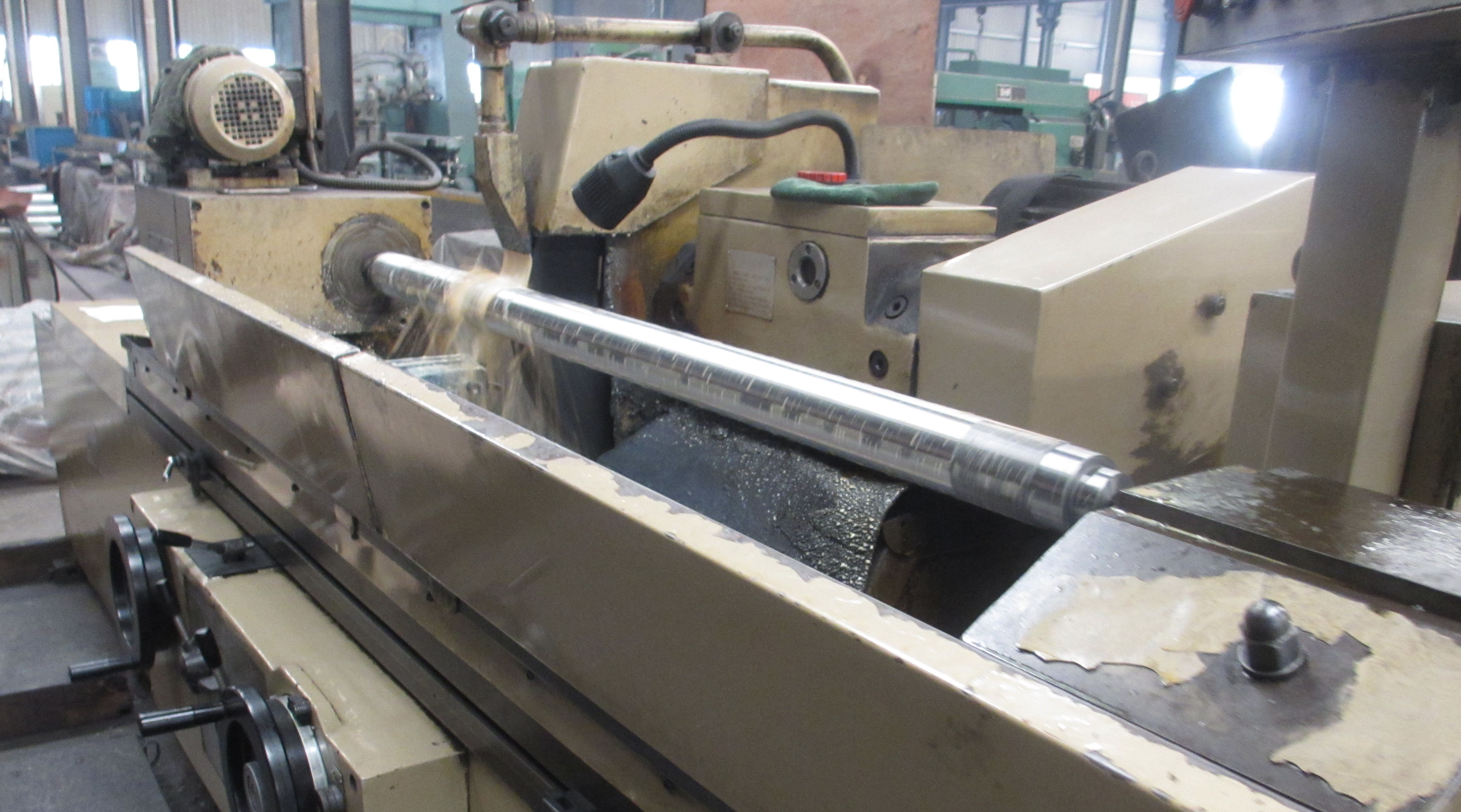 Grinding machine for roller shaft